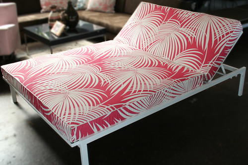 case_study_double_sunlounger_pink_palms_powdered_coatframe_white_543