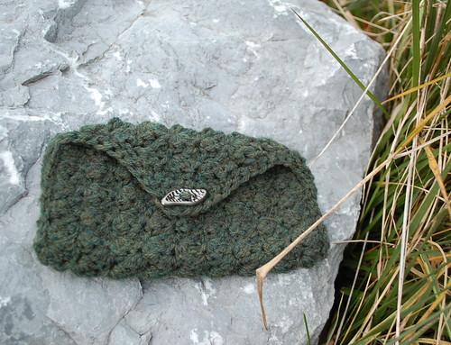 mossy mini clutch free crochet pattern