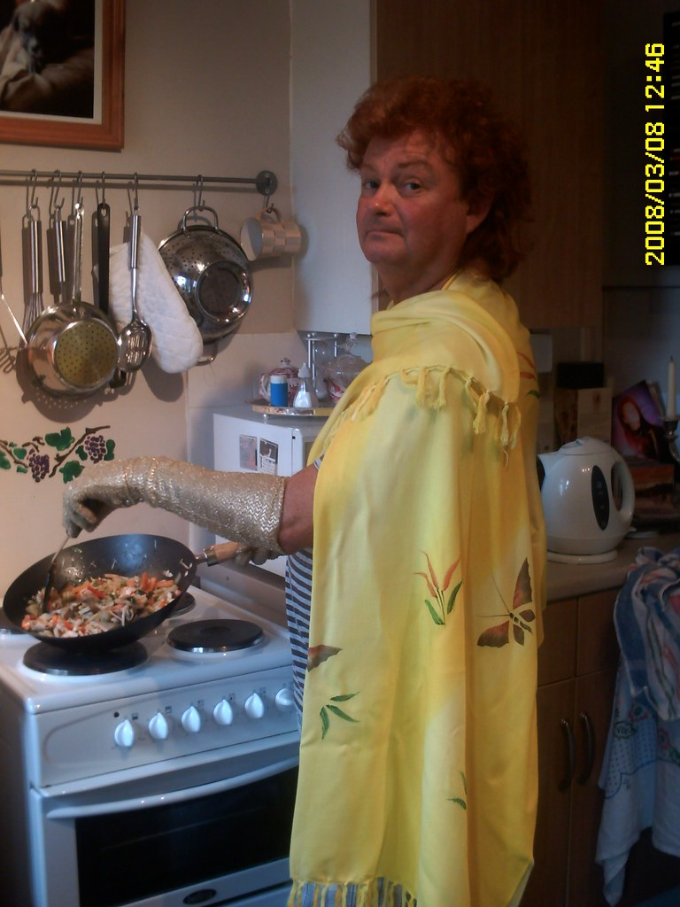 Mystic Ed cooks paella with glamour!
