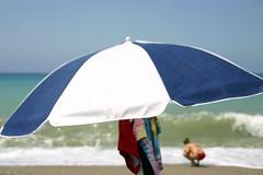 SOMBRILLA 01 (ángel mateo) Tags: españa azul marina mar andalucía mujer spain playa sombrilla almería ola mediterráneo elejido balerma guardiasviejas playadeelejido ángelmartínmateo ángelmateo