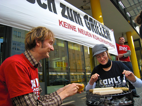 Foto: Protest-Grillen vor der Vattenfall-Zentrale in Berlin