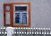 (:Linda:) Tags: schnee friedhof snow reflection broken fence germany town thüringen wooden peeling paint village fenster spiderweb thuringia cobweb woodenfence spinne peelingpaint zaun jewishcemetery reflexion shatter spinnwebe thuringian fensterladen jüdisch weitersroda hildburghausen jüdischerfriedhof abblätterndefarbe holzzaun vonausennachinnen