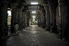 Dans le temple - In the temple - Madurai, India, 2008. (- PicsmaKer -) Tags: life voyage travel india color temple asia pentax interior interieur religion asie 2008 madurai hindi k10 inde lightroom aficionados hindou k10d