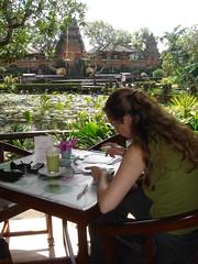Kaartjes schrijven in Café Lotus