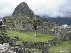 Plaza, andenes y Machu Picchu