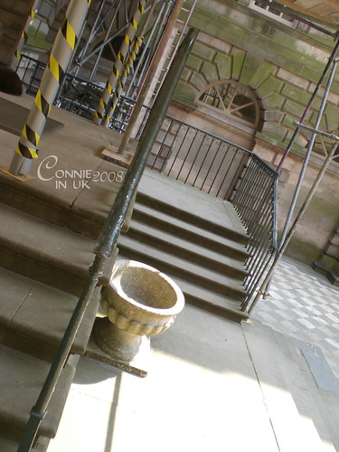 Mr. Darcy 奔跑下來打算留住 Lizzy 的那段樓梯,可惜正在整修啊!