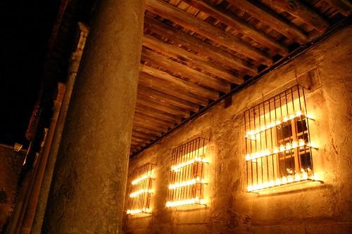 Ventanas y columnas con velas