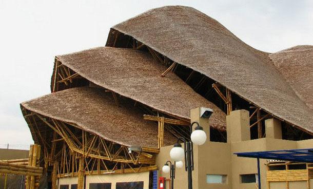 Casa con techo de bambú