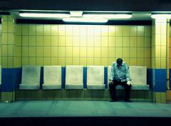 [フリー画像] [人物写真] [男性ポートレイト] [外国人男性] [落胆/落ち込む] [ベンチ]      [フリー素材]