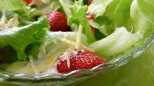 Salada com Morangos e Molho de Requeijão