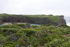 帯岩の向こうの入り江