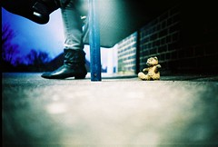understated public art #5 (lomokev) Tags: bear sculpture art feet station bronze shoe lomo lca xpro lomography crossprocessed xprocess shoes dof teddy dusk low ground lomolca depthoffield zapatos teddybear pies ps agfa pieds jessops100asaslidefilm agfaprecisa schuhe  piedi schoenen schoen lomograph scarpe chaussures sapato schuh folkestone scarpa sapatos zapato agfaprecisa100 voeten chaussure  precisa tracyemin ratseyeview jessopsslidefilm   fse   folkestonetriennial roll:name=081119lomolca file:name=081119lomolca31