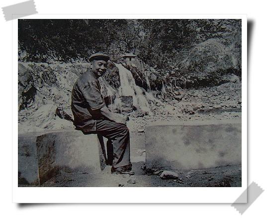 081124東台灣樂活之旅第7站_太魯閣國家公園31_解說牌上的蔣經國先生視察中橫公路施工照片