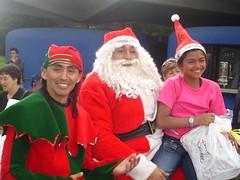 Ivonne con su regalito (nuestroschiquis) Tags: navidad cadenas nios nuestros nias 2008 fundacion chiquis rompiendo