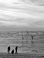 3 3 (tintas) Tags: ocean bw 3 praia beach portugal water gua canon postes boat pessoas waves barco pb peoples g5 ondas norte viana tintas minho ilustrarportugal