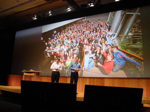 Ed Colligan y John Rubinstein, detrás una imagen con el personal de Palm