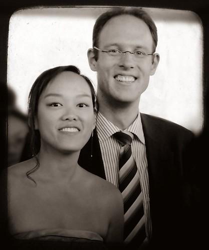 Nadia et Sebastian lors du mariage de May Lin et Dirk, photo retouchée en N&B