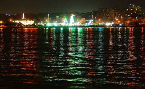Hussain Sagar bridges the twin cities of Hyderabad and Secunderabad.