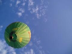 Mongolfiera lontano (alfiererosso) Tags: sky fly himmel volo ciel cielo mongolfiera flug airbaloon luftball