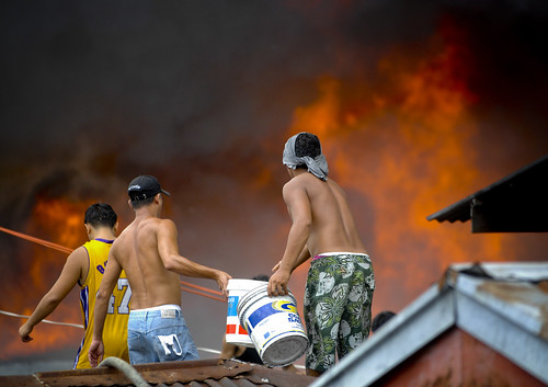Pinoy Filipino Pilipino Buhay  people pictures photos life Philippinen  菲律宾  菲律賓  필리핀(공화국) Philippines  fire sunog looting boys group house burnt manila