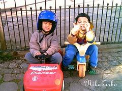 Moi e Dan, prontos para a largada !!!! ( nikabarbo ) Tags: carro bon crianas capacete motoca