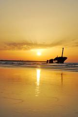 Epave au soleil couchant 2 (Cleray) Tags: mer plage couchdesoleil pave