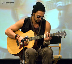 jason momoa strums a tune... (Joits) Tags: celebrity marriott stargate burbank stargateatlantis ronon ronondex jasonmomoa creationcon burbankmarriott stargateconvention