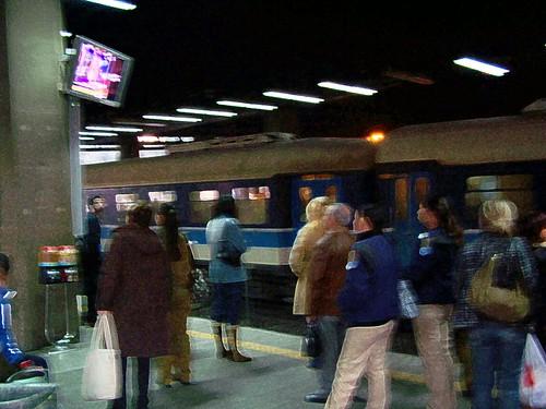 צופים בחדשות בתחנת הרכבת