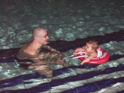 mit Opi und Schwimmhilfe