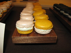 Pierre Hermé: Macaron Satine (close up)