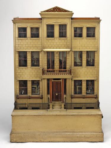 15- Frontal de la casa de muñecas cerrada