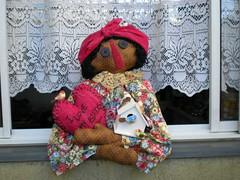 Melany na Janela (Laura Poupée) Tags: bird art heart pano country artesanato craft fabric coração janela boneca trapo negra passaro muñeca tecido mulata namoradeira elo7 laurapoupee laurapoupée
