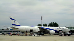 אלעל / EL AL / CDG / Charles de Gaulle (Σταύρος) Tags: blue vacation white holiday wet clouds plane airplane fly airport aircraft flight jet overcast aeroporto aerial bleu jetengine parked boeing idle 777 rtw aereo airliner vacanze avion airfrance 1933 cdg businessclass roundtheworld elal globetrotter boeing777 aéreo internationalairport internationalterminal 777200 worldtraveler worldbusinessclass skyteam boeing777200 αεροπλάνο intlairport אלעל lespaceaffaires parischarlesdegaulle αεροδρόμιο 4xecb lemesnilamelot intlterminal aeroportdeparischdegaulle daéroportsdeparis