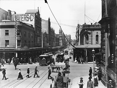Trams, King Street, Sydney (Powerhouse Museum Collection) Tags: street city blackwhite downtown trolley sydney hats tram australia nb powerlines pedestrians waters cbd kingstreet trams georgestreet ville powerhousemuseum australie streetcars pitons seyfang cabletram xmlns:dc=httppurlorgdcelements11 dc:identifier=httpwwwpowerhousemuseumcomcollectiondatabaseirn32406 watersco generalstoredays