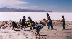 uyuni chicos (yonamarcos) Tags: playing argentina kids salar noa jujuy chicos jugando uyuni bagpacking mochilero