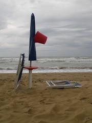 fine stagione (tilla0) Tags: mare spiaggia secchio bagnino sdraio ombrellone salvataggio bibionepineda