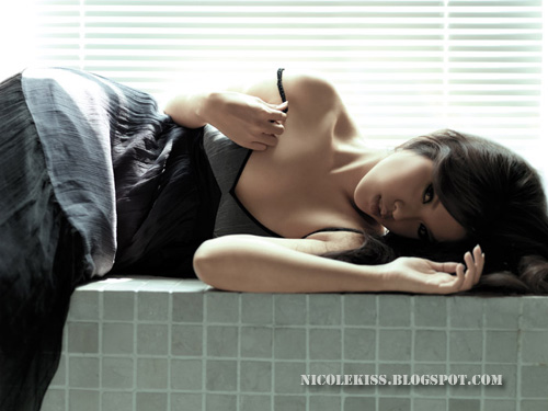 FHM september nicolekiss pose 3