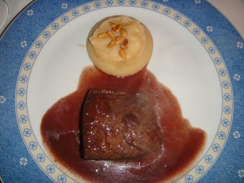 Lomo de ciervo con reducción de salsa de vino tinto y puré de manzana
