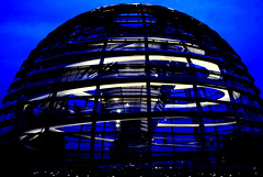 Dome of the Reichstag building by night - La c...