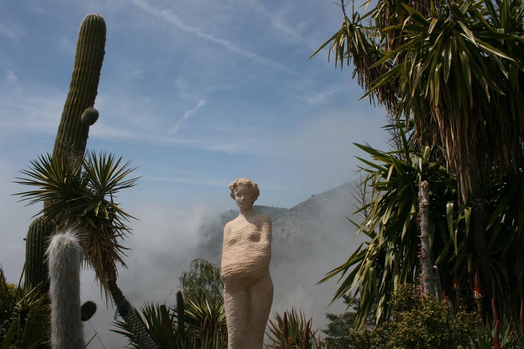 Eze Cote d'azur jardin exotique standbeeld Jean Philippe Richard tussen planten.