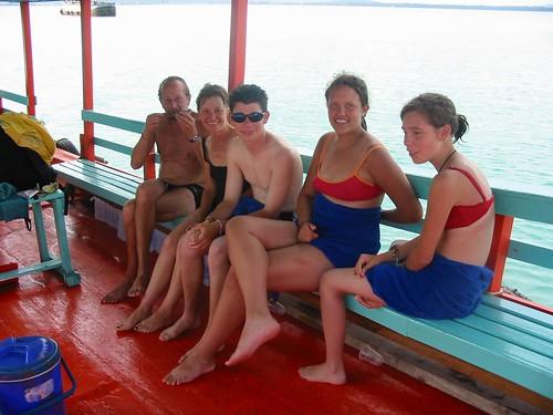 Alle vijf samen op het bootje