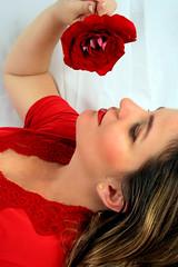 Eu vou cantar pra saudade... (Fabiana Velso) Tags: ensaio close mulher flor rosa vermelho cor vestido rosto duetos fabianavelso