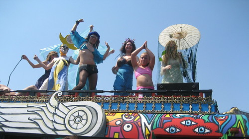 Hippie bus mer people. Photo © Tricia Vita/me-myself-i via flickr