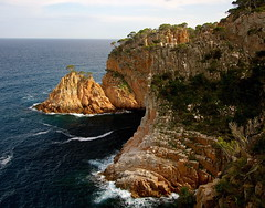 Cingles d'Aiguablava / Cliffs near Aiguablava (SBA73) Tags: sea cliff costa mer water coast mar rocks mediterranean mediterraneo catalonia catalunya polarizer costabrava aigua acantilado rocas begur roques catalogna katalonien catalogne granit mediterrani polarizador aiguablava cingle baixempord anawesomeshot aplusphoto polaritzador estimbat 100commentgroup puntadesmut