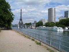 SDC10226  Ile aux cygnes, Paris (hauteclaire) Tags: paris statue seine ile liberte cygnes