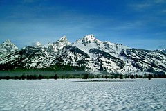 teton snow (Spectacle Photography) Tags: usa mountain snow mountains us nps bluesky teton grandteton grandtetonnationalpark vision:mountain=0862 vision:outdoor=099 vision:clouds=083 vision:sky=0858 gtnps