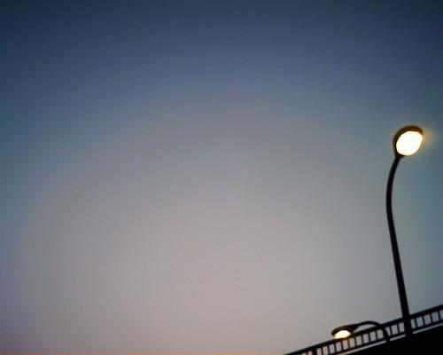 【写真】VQ1005で撮影した歩道橋と街灯