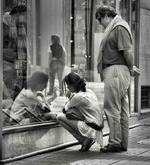 Deseando... ilusión (Fernando Rey) Tags: street people girl calle chica gente illusion gift present wanted ilusion callejeando soe regalo lookfor desear deseando