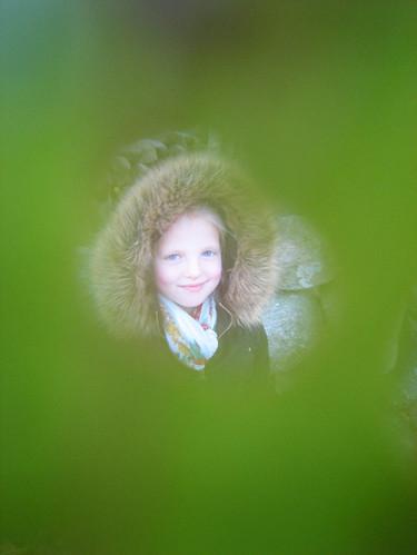 Ella bakom löv