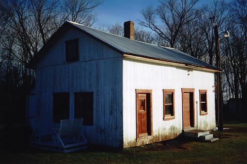 Paddock Café :: 白と赤のコントラストがかわいい小屋
